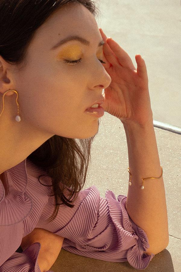 Brazalete curvilíneo dorado con perlas Voiga